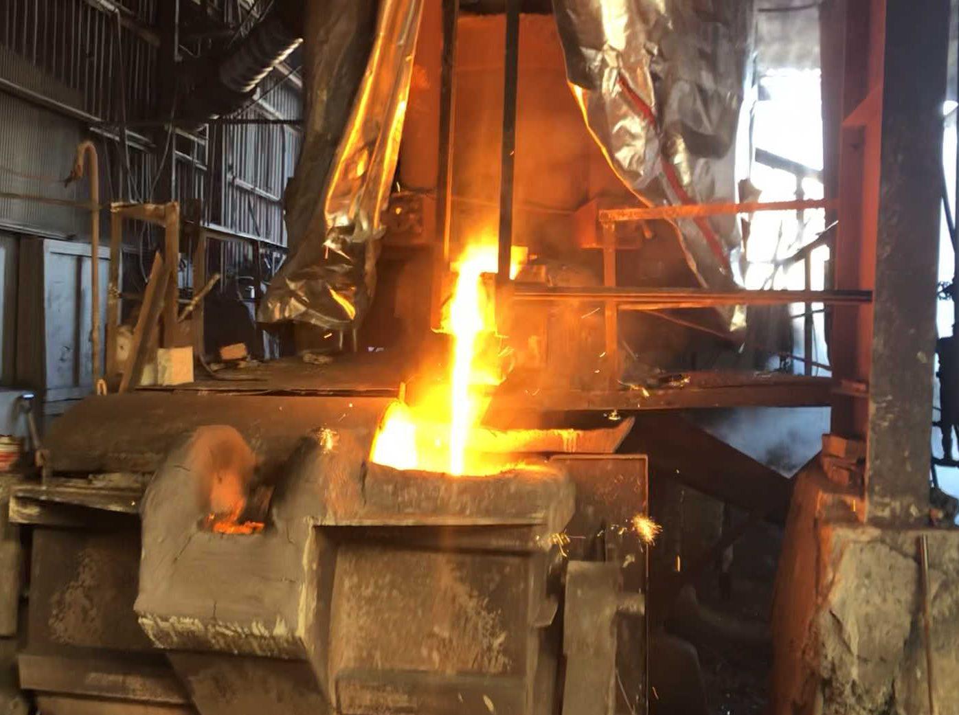 鉄を溶かすキューポラ(溶鉱炉)に施工