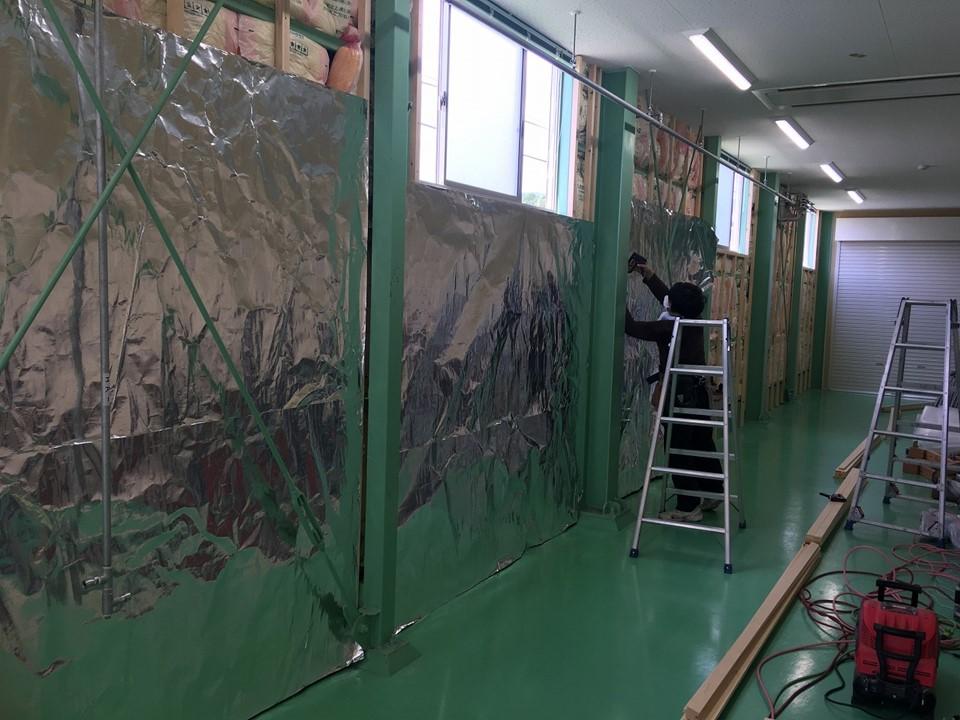 工場の壁にサーモバリアスリムを施工