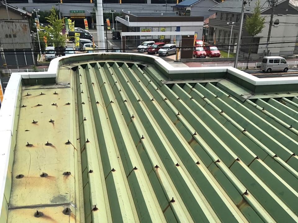 ガソリンスタンドの事務所兼待合室の屋根
