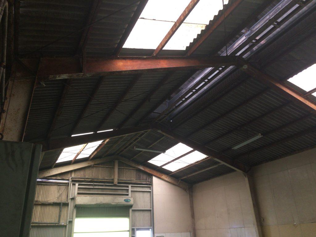 調味食品製造の工場でスレート屋根下施工