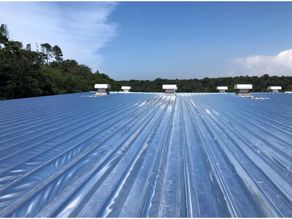 工場の折板屋根一面に施工