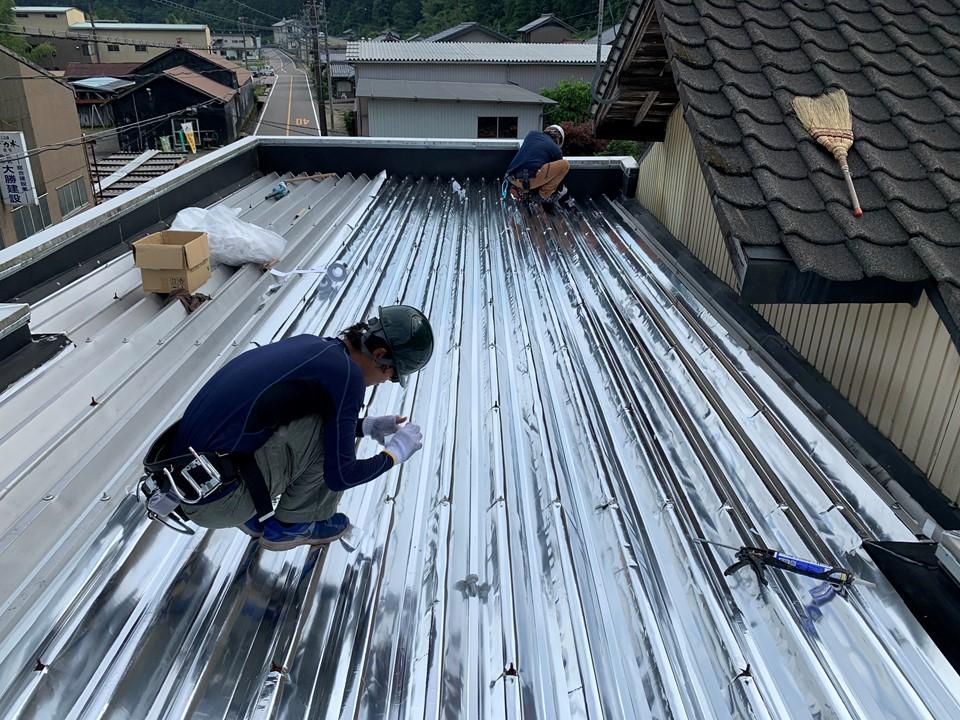 事務所の屋根にスカイ工法