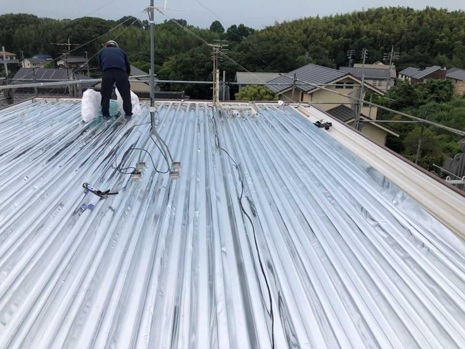 個人宅の折板屋根にスカイ工法