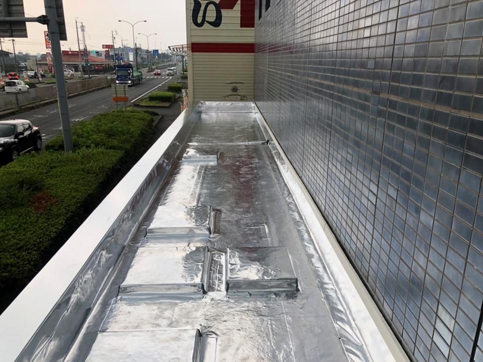 信用金庫店舗で雨漏り対策<br>サーモバリア・トップ+スカイ工法