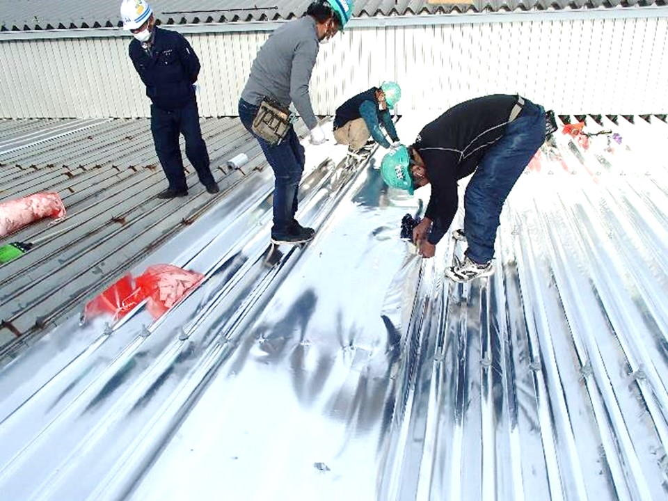工場棟に遮熱塗料ではなく、<br>サーモバリアスカイ工法採用!